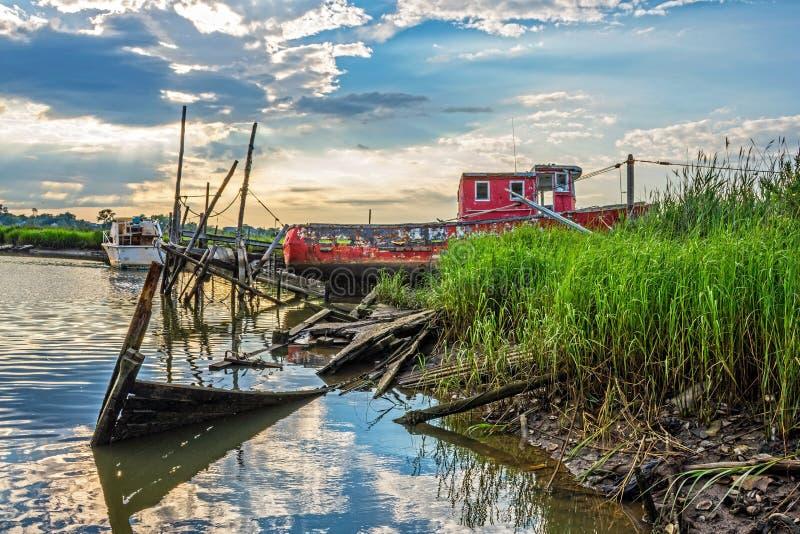 Vieux bateau rouge images stock