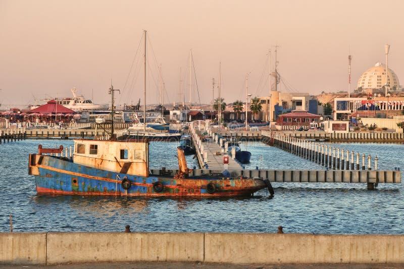 Vieux bateau rouillé. Ashkelon, Israël. photo stock