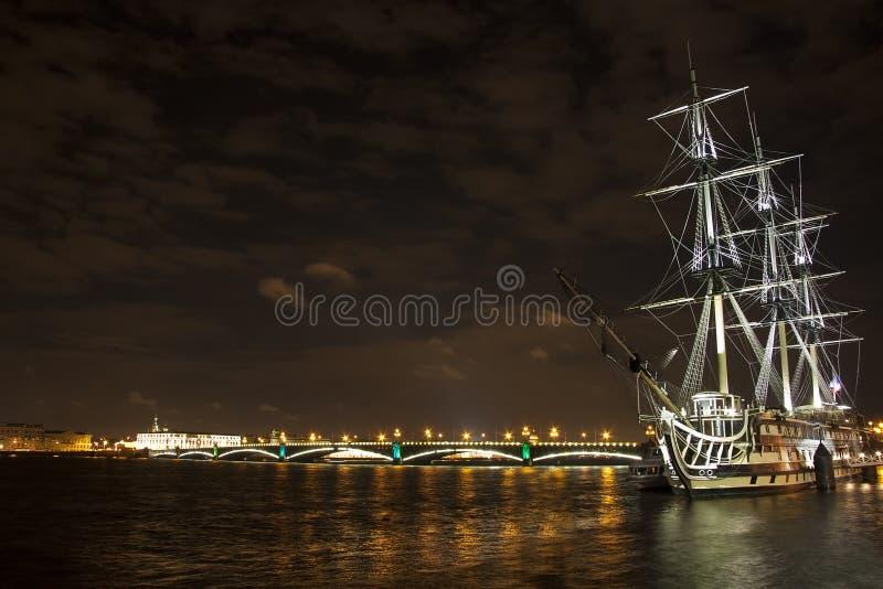 Vieux bateau sur le fleuve de Neva photo libre de droits
