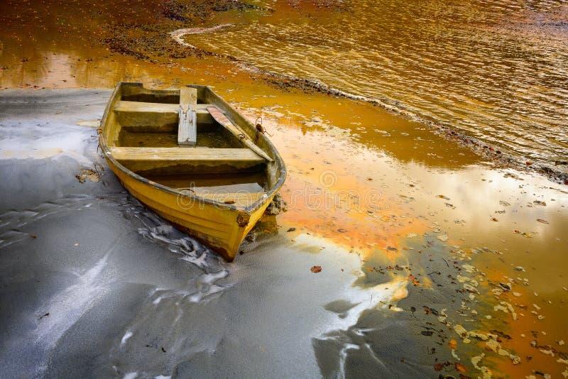 Vieux bateau sur le mien de cuivre de rebut de lac photo stock