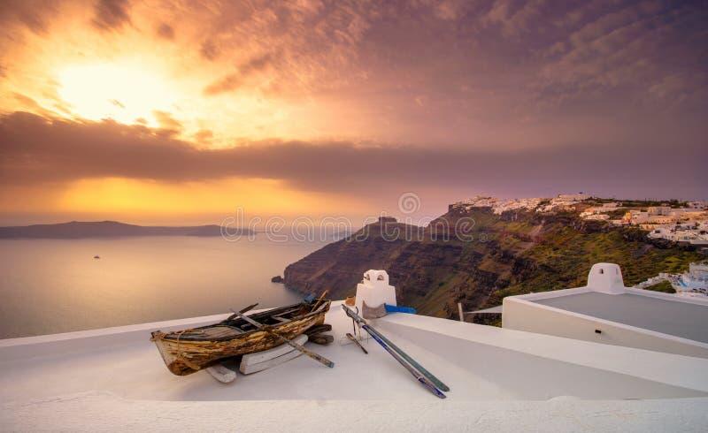 Vieux bateau sur le toit d'un bâtiment dans Firostefani, Santorini, Grèce Tiré au coucher du soleil images stock
