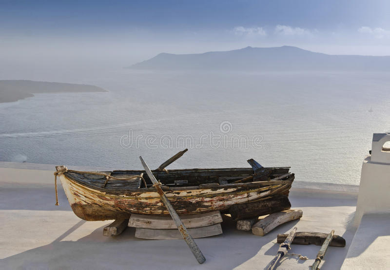 Vieux bateau sur un toit photographie stock libre de droits