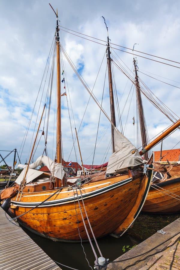 Vieux bateaux à voile en bois aux Pays-Bas images stock