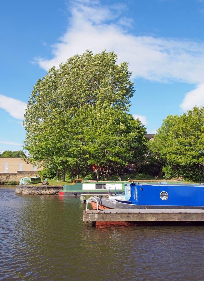 vieux bateaux étroits convertis en bateaux d'habitation amarrés dans la marina dans le bassin de brighouse dans le yorkshire oues photo libre de droits