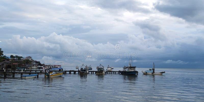 Vieux bateaux amarrés à un ponton en bois photos libres de droits