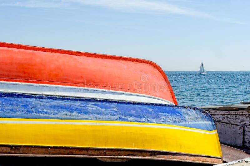 Vieux bateaux au chantier naval de réparation dans la côte caddebostan d'Istanbul Turquie image stock