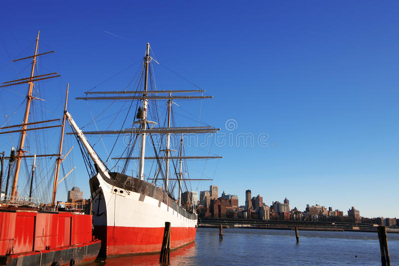 Vieux bateaux dans le port maritime du sud de rue de NY image stock