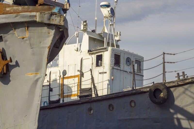 Vieux bateaux de mer ancrés à la jetée dans le port image stock
