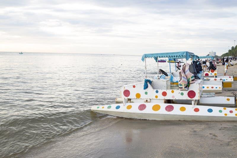 vieux bateaux de pédale sur la plage image libre de droits