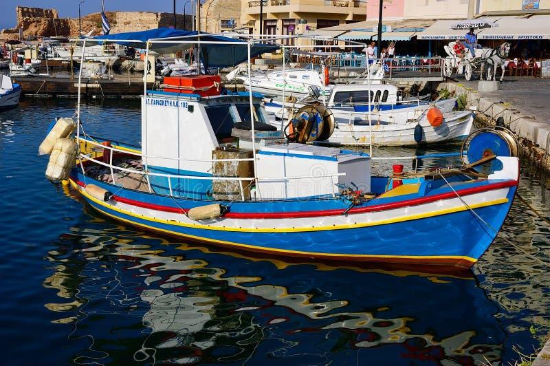 Vieux bateaux de pêche dans le port de Héraklion le soir, Crète images stock