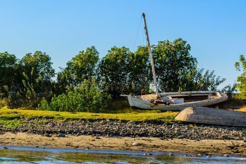 Vieux bateaux en bois sur une banque du Nil image stock
