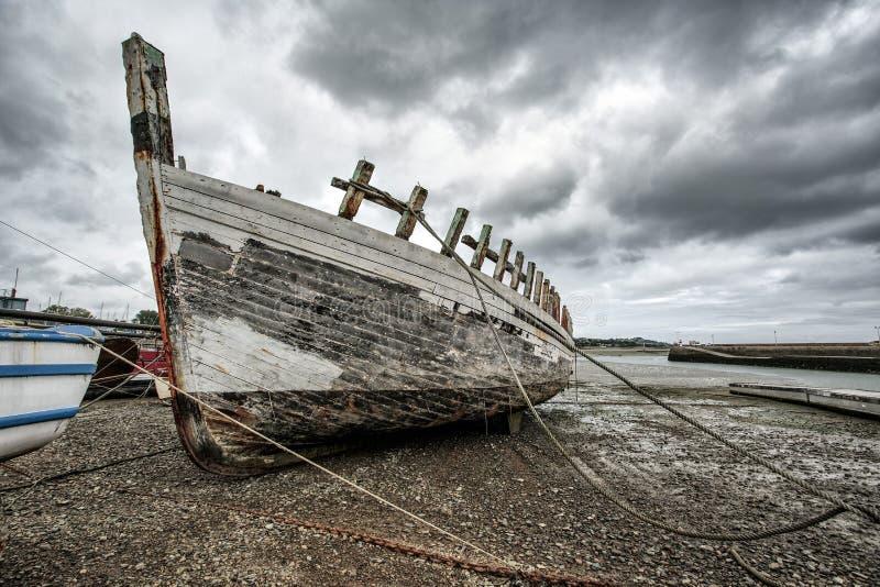 Vieux bateaux en Brittany France photos stock