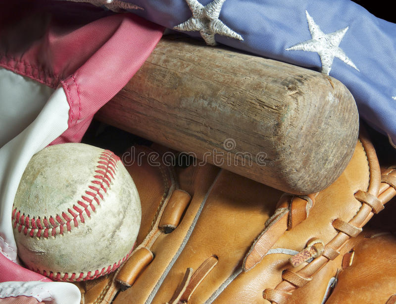 Vieux batte de baseball, mitaine, bille et indicateur. images stock