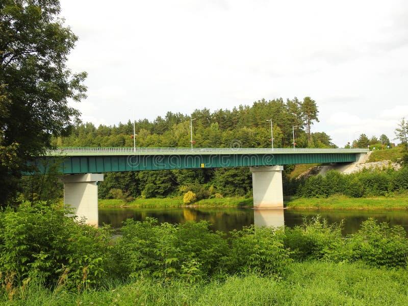 Vieux beau pont métallique par la rivière Nemunas, Lithuanie image libre de droits