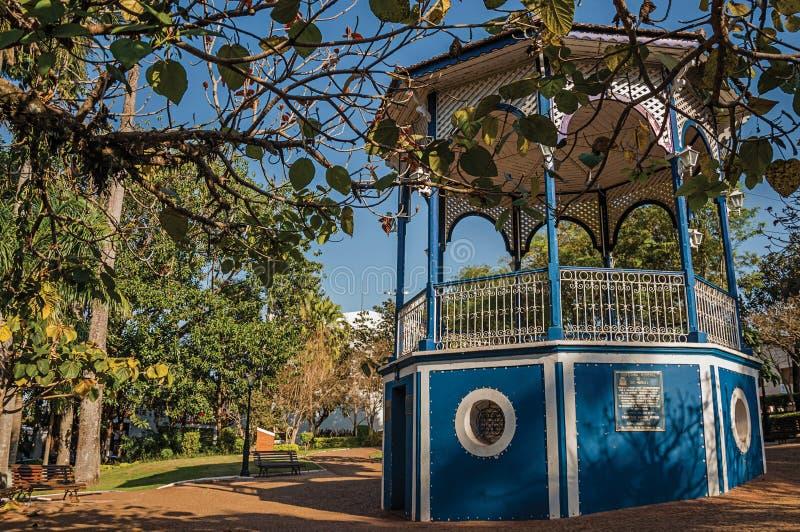 Vieux belvédère coloré au milieu de jardin complètement des arbres, dans un jour ensoleillé chez São Manuel photos stock