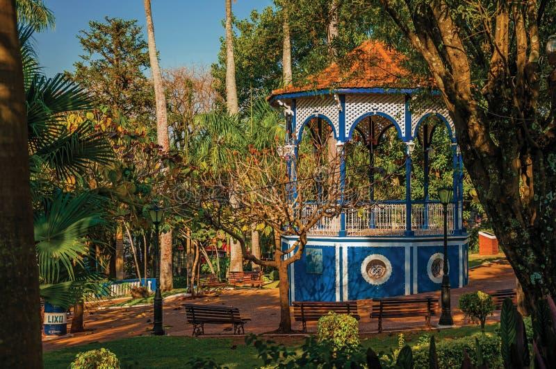 Vieux belvédère coloré au milieu de jardin complètement des arbres, dans un jour ensoleillé chez São Manuel image libre de droits