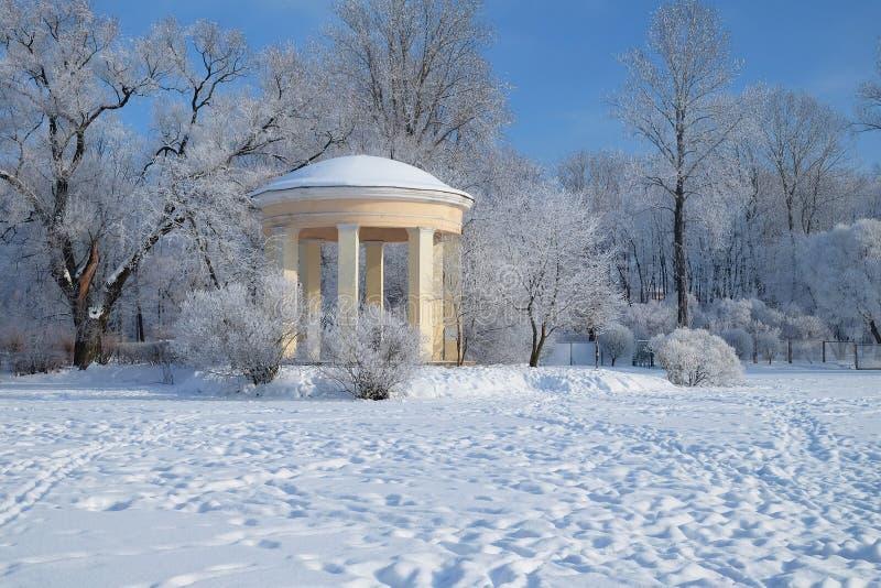 Vieux belvédère en parc d'hiver images stock