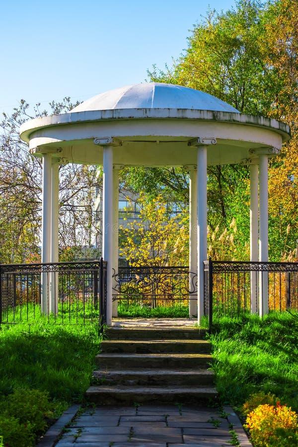 Vieux belv?d?re en parc photo stock