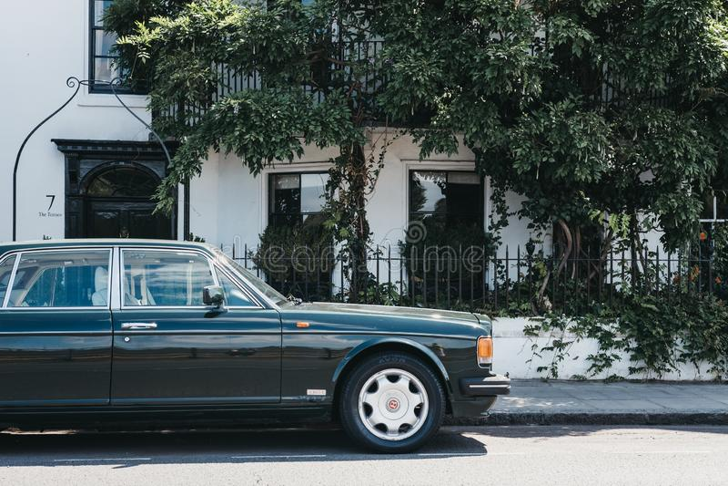Vieux Bentley vert s'est garé devant une maison en Barnes, Londres, images libres de droits