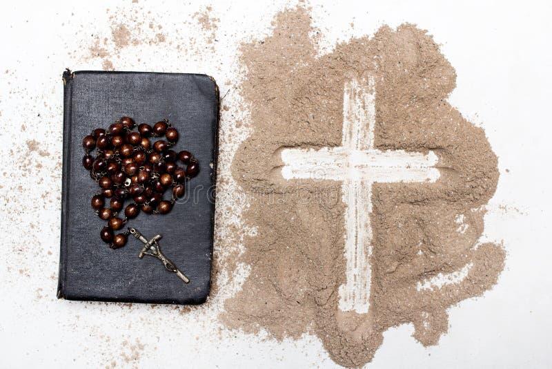 Vieux bible, chapelet et croix de cendre sur le fond blanc - Ash Wednesday image stock