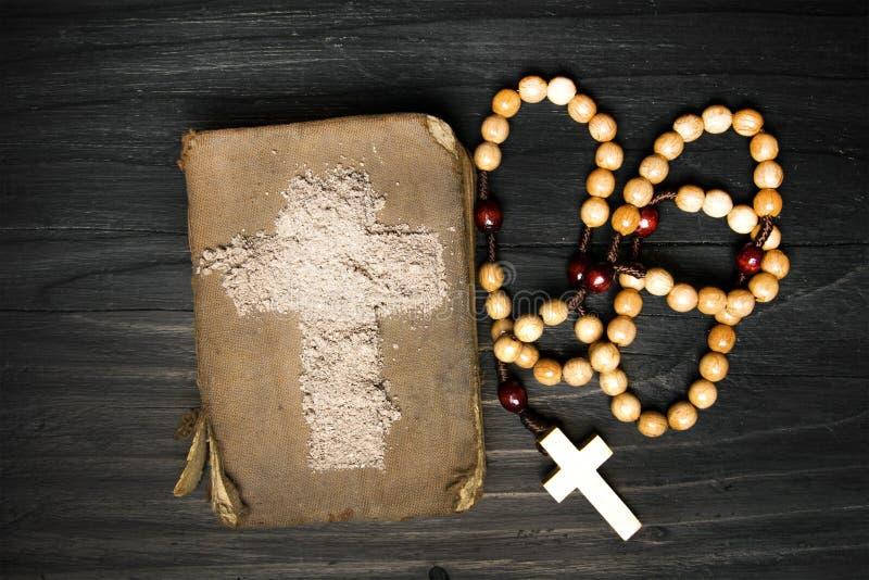 Vieux bible, chapelet et croix de cendre - symboles d'Ash Wednesday photographie stock