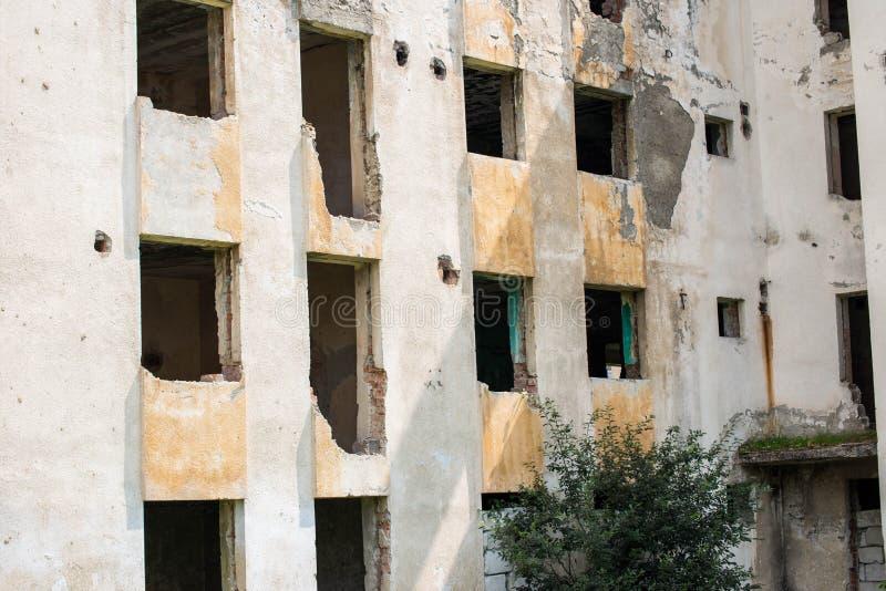 Vieux bloc constitutif abandonné dans une petite ville industrielle photo libre de droits