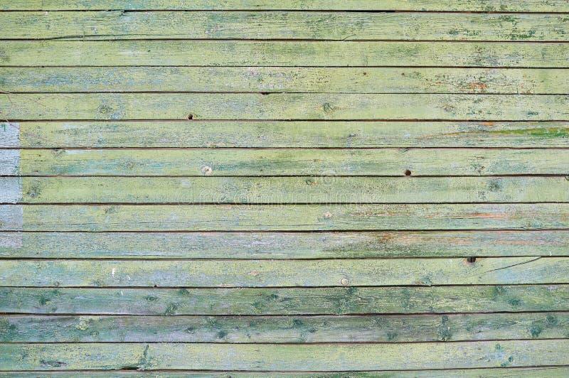 Vieux bouclier vert peint en bois avec des fissures et des éraflures image stock
