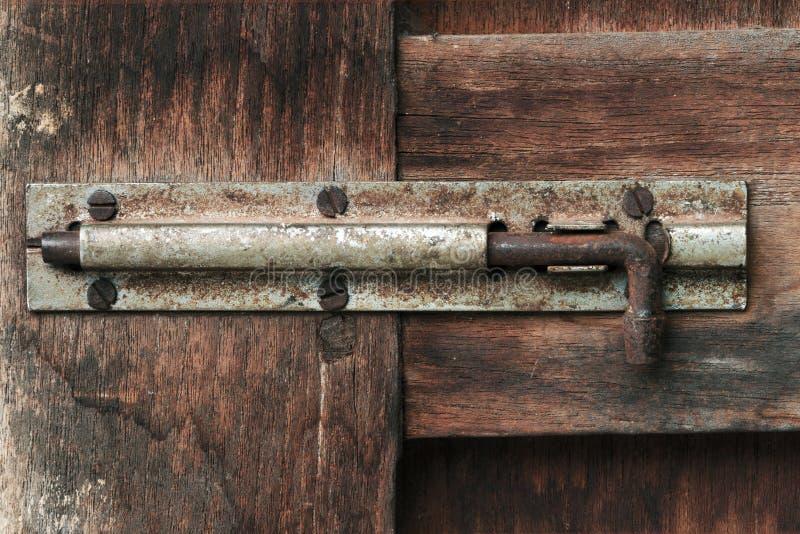 Vieux boulon de porte en bois image stock