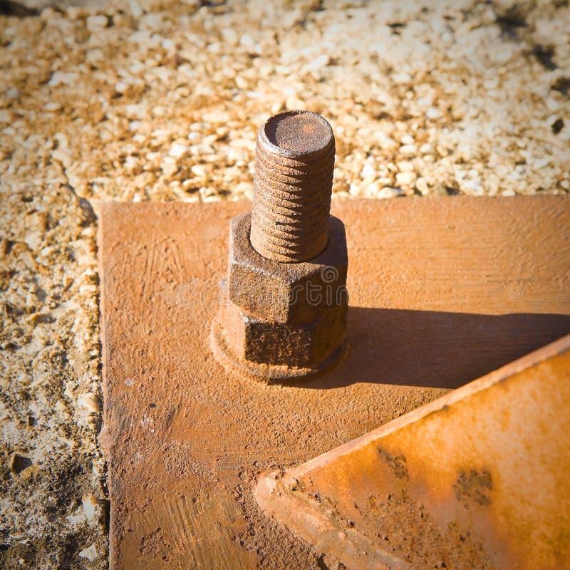 Vieux boulon rouillé avec le plat de fer image stock