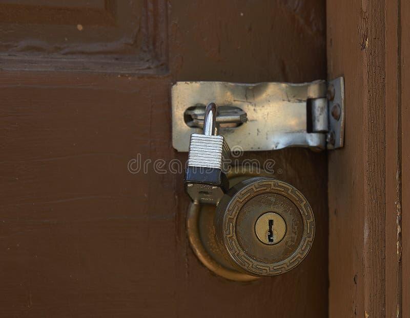 Vieux bouton de porte et serrure de protection sur la porte superficielle par les agents de Brown image stock