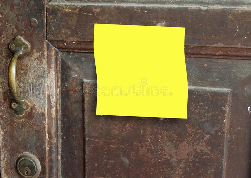 Vieux bouton de porte rouillé avec les notes collantes jaunes image stock