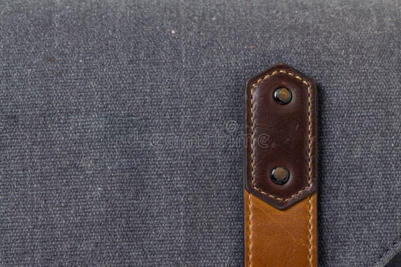 Vieux bracelet en cuir sur le bagage photographie stock libre de droits