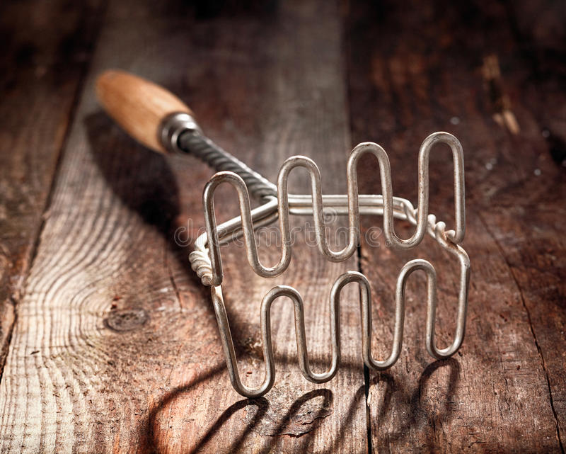 Vieux broyeur de pomme de terre en bois et en métal photo libre de droits