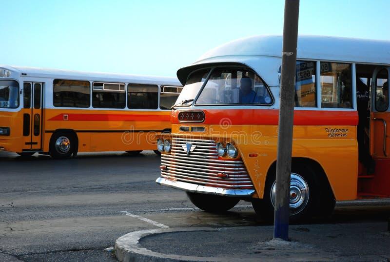 Vieux bus maltais à l'arrêt de bus images stock