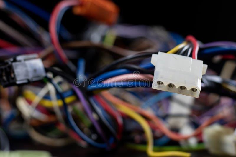 Vieux câbles empêtrés, électronique et vieux cables connecteur sur a images stock
