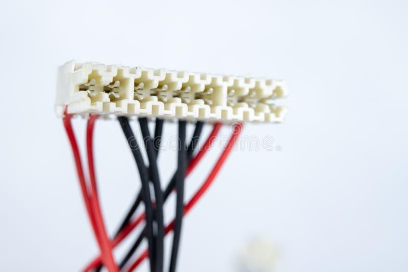 Vieux câbles pour les dispositifs électriques sur une table blanche C électrique photo libre de droits