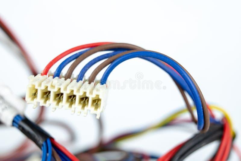 Vieux câbles pour les dispositifs électriques sur une table blanche C électrique photographie stock libre de droits