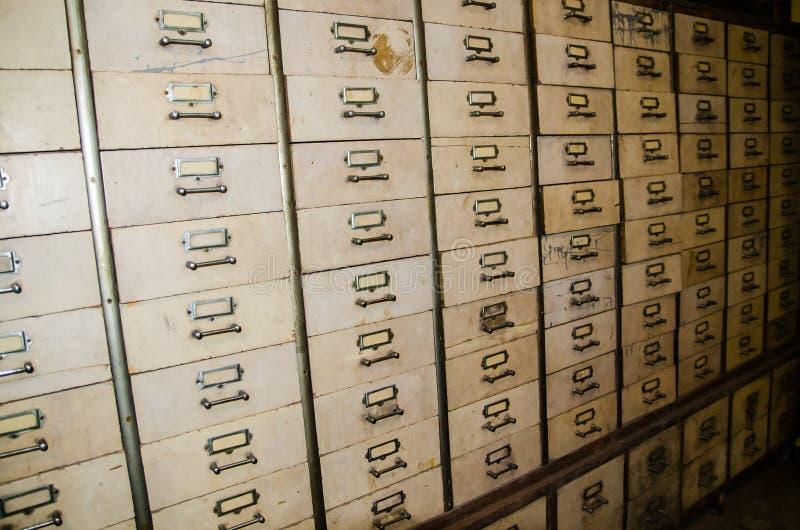 Vieux Cabinet en acier industriel antique blanc d'index dans une chambre noire photographie stock