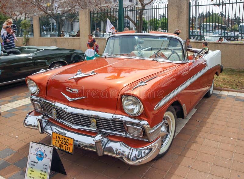 Vieux cabriolet 1956 de Chevrolet Bel Air à une exposition de vieilles voitures dans Kiryat Motskin photos stock