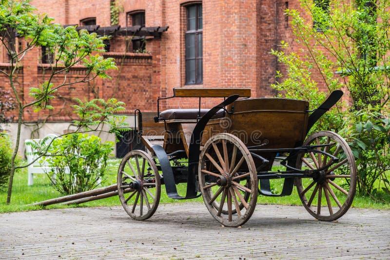 Vieux cabriolet près du château gothique dans Rzucewo photographie stock