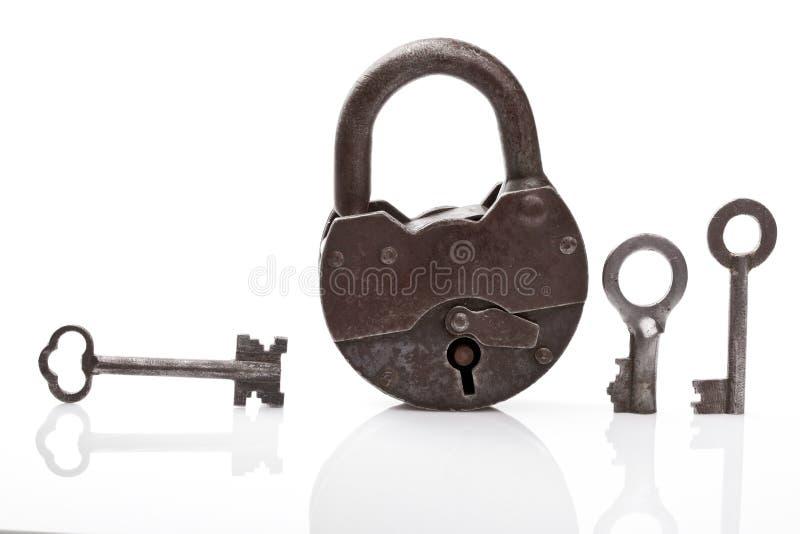 Vieux cadenas et clés image stock