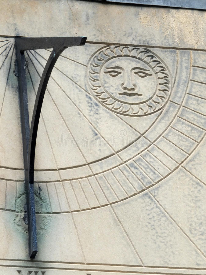 Vieux cadran solaire dans la fin avec les chiffres romains photographie stock