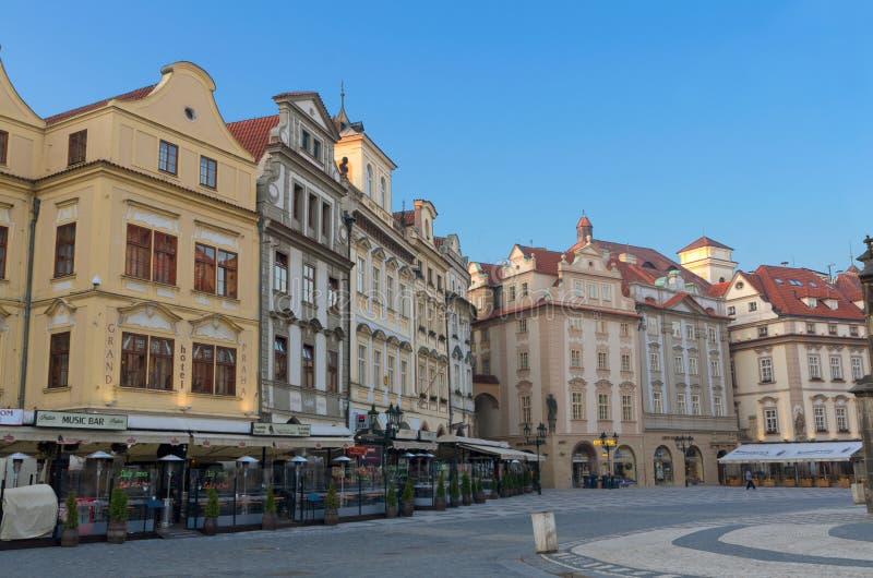Vieux cafés de place de lever de soleil, Prague photographie stock
