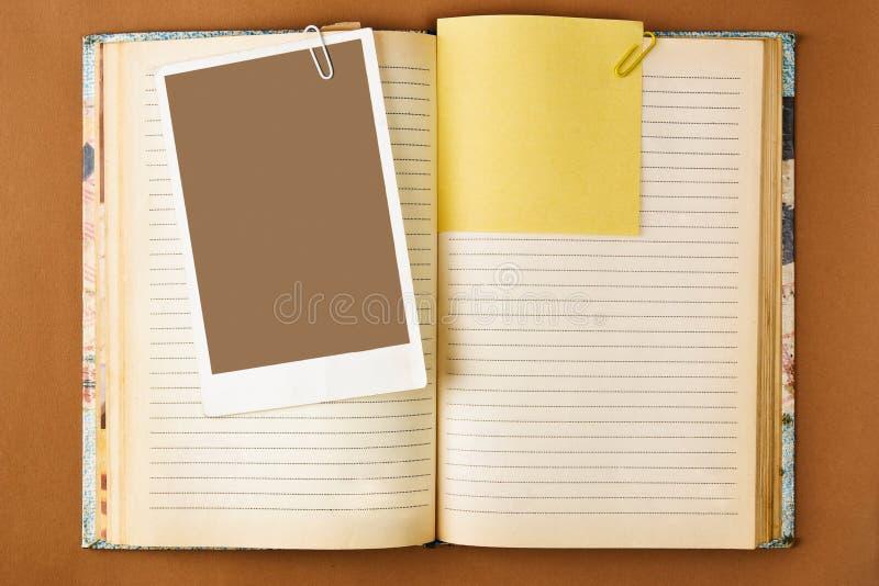 Vieux cahier avec les pages souillées images stock