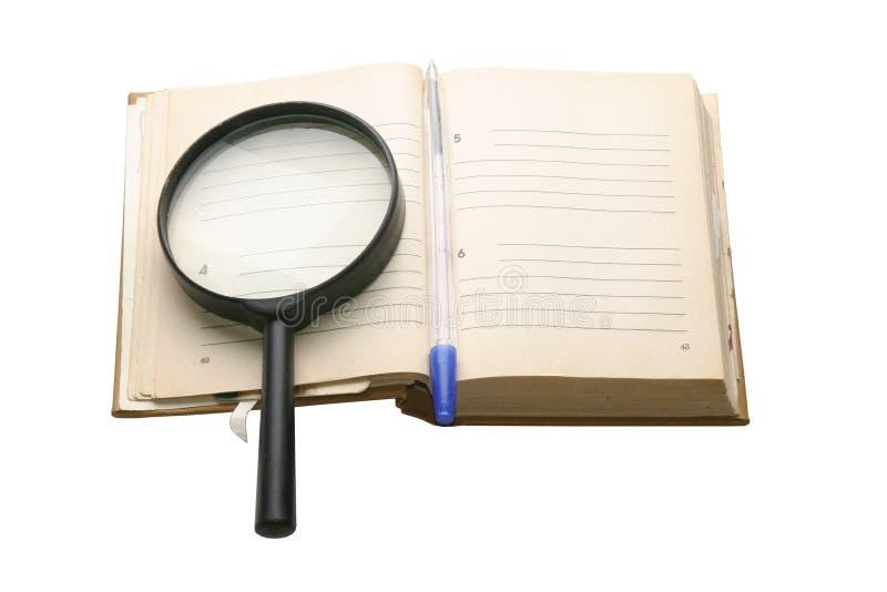 Vieux cahier avec une place pour le texte, et crayon lecteur, sur le fond blanc image libre de droits