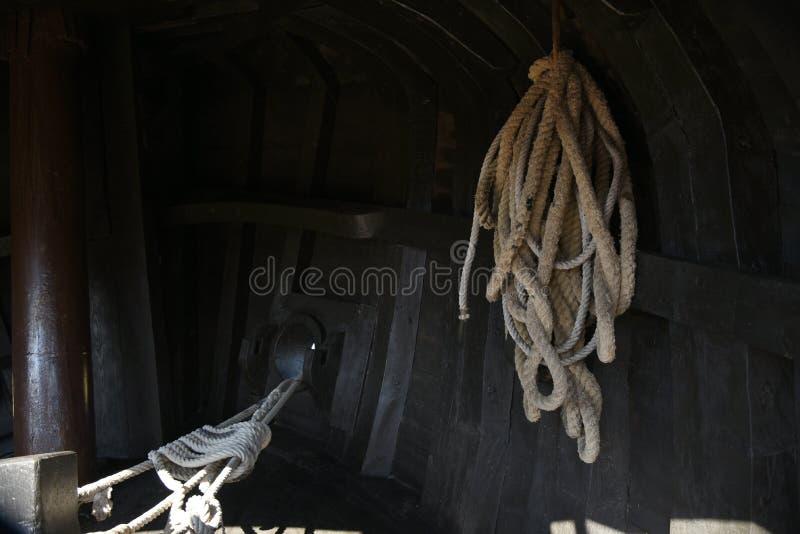 Vieux calage de bateau avec des cordes photographie stock
