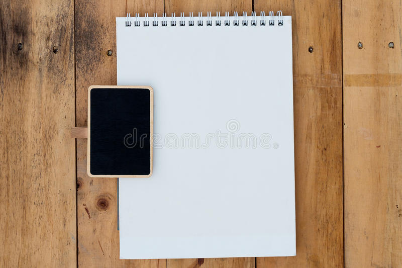 Vieux calendrier vide et conseil noir sur en bois photo libre de droits