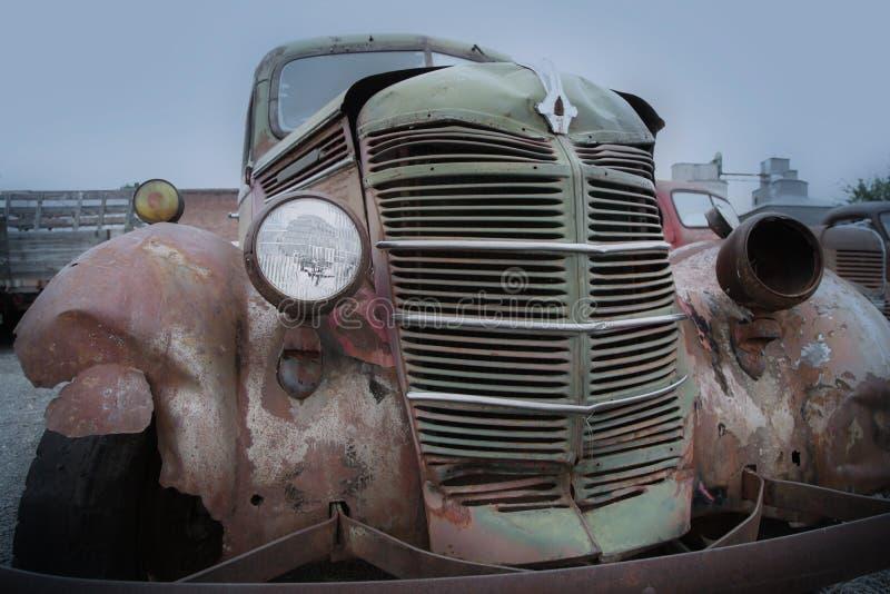 Vieux camion abandonné rouillé image libre de droits