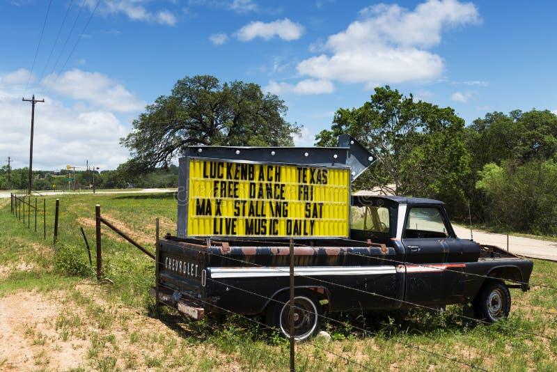 Vieux camion avec un signe pour un événement de musique dans Luckenbach, le Texas, Etats-Unis photographie stock