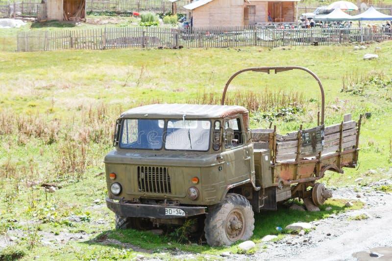 Vieux camion militaire rouillé abandonné Jour ensoleillé dans Ushguli, Svaneti, la Géorgie images libres de droits